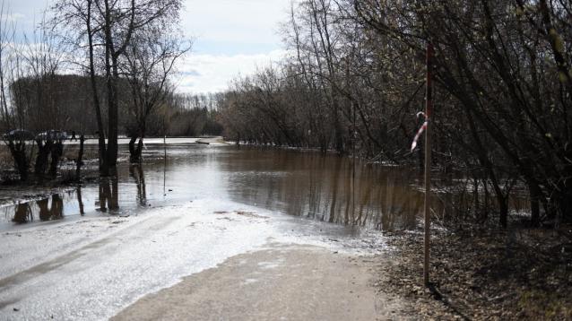 Фото В Кирове ограничат движение на перекрестке Луначарского и Пермской из-за подтопления