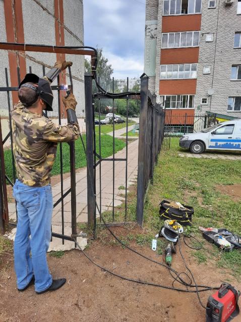 Фото УК «Союз 43» выполнила ремонт калитки на Риммы Юровской, 9