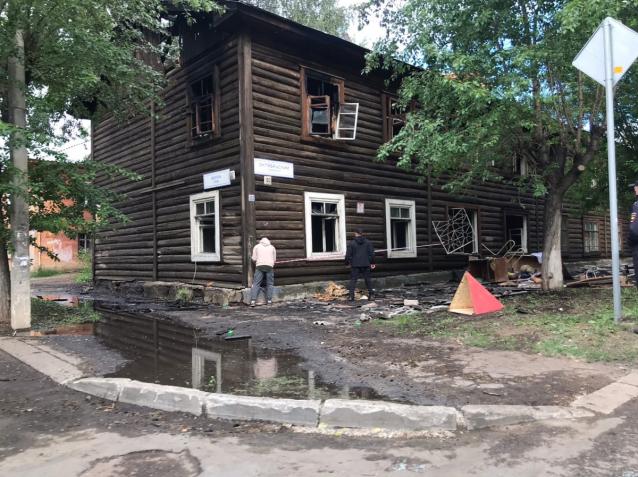 Фото В Кирове 18 человек остались без жилья после пожара в деревянном доме на Октябрьском проспекте