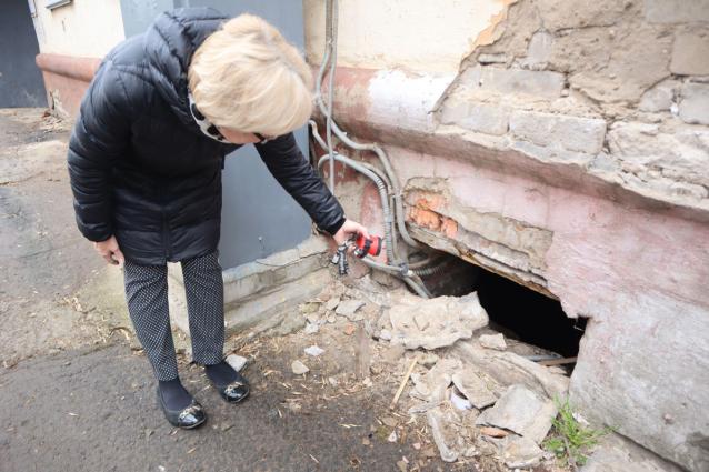 Фото В Кирове жители дома на улице Воровского борются с нашествием мух и неприятным запахом из подвала