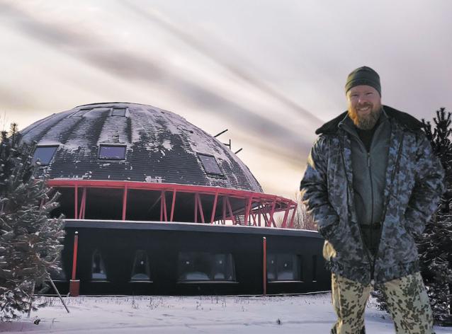 Фото Летающая тарелка, робот-звонарь и сферическая баня: хозяин первого в России вращающегося дома рассказал о необычном проекте в Кировской области