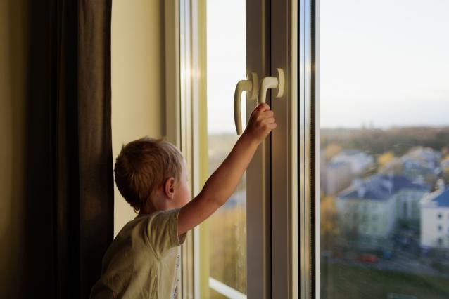 Фото За сутки два ребенка выпали из окон квартир в Кировской области